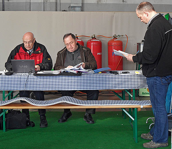Inspectors from TÜV Süd and the European Flood Protection Association evaluate the test results of the Blobel flood defence systems.